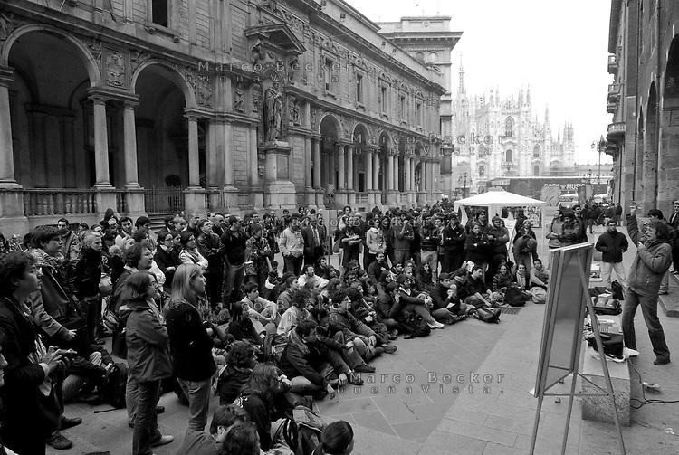 milano, studenti e professori della facoltà di scienze tengono lezione in piazza dei mercanti (piazza duomo) per protesta contro la riforma dell'istruzione  --- milan, students and professors of the faculty of science have class in mercanti square (duomo square) to protest against the school reform