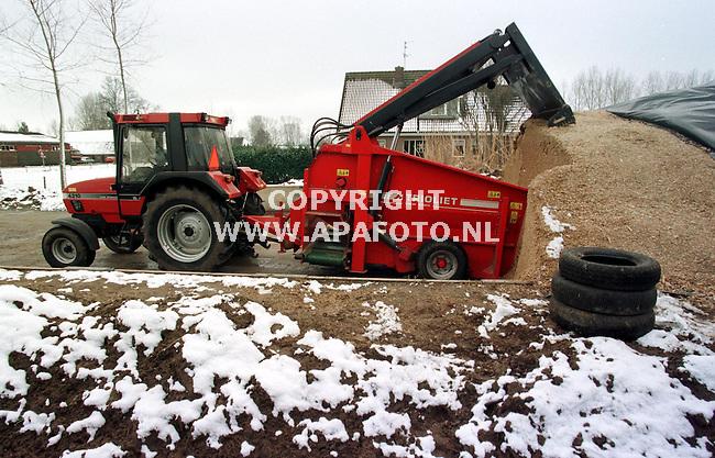 Zelhem,09-02-99  foto:Koos Groenewold (APA)<br /> Herman Boenink heeft nog weinig last van de winterse omstandigheden.Gisteren lag er meer sneeuw dan nu.De temperaturen zijn te hoog om van overlast te kunnen spreken.