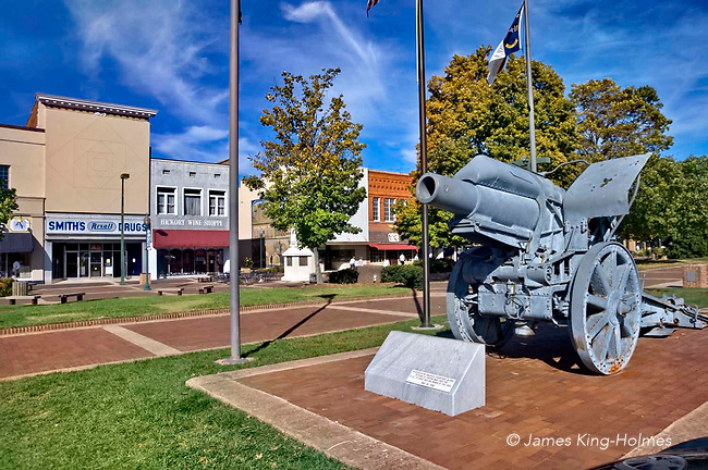 First World War German Howitzer surrendered to US troops in 1918 used as War Memorial, Hickory, North Carolina, USA