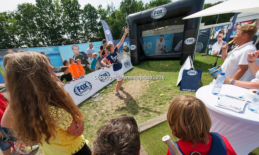 Den Bosch, Netherlands, 08 June, 2016, Tennis, Ricoh Open, service mesure<br /> Photo: Henk Koster/tennisimages.com