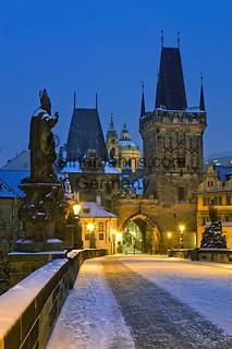 Tschechien, Boehmen, Prag: Winter in Prag, verschneite Karlsbruecke und der Hradschin Distrikt | Czech Republic, Bohemia, Prague: Charles Bridge, started by Charles 4th in 1357, Looking towards the Hradcany district