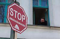 Zwangsraeumung in Berlin.<br />Am Donnerstag den 27. Maerz lies ein Hausbesitzer eine fuenfkoepfige Familie aus ihrer Wohnung in der Reichenbergerstrasse in Berlin-Kreuzberg zwangsraeumen. Nach laengerem Streik wegen Laermbelaestigung durch Gastronomie und damit verbundener Mietminderung, wurde die Zwangsraeumung durch die Gerichtsvollzieherin gewaltsam von der Polizei durchgesetzt. Die Familie hatte zum Zeitpunkt der Raeumung die Wohnung schon verlassen und wollte 3 Tage spaeter die Wohnungsschluessel dem Hausbesitzer uebergeben. Der bestand jedoch auf die gerichtliche erstrittene Zwangsraeumung.<br />Aus Protest gegen die Zwangsraeumung versammelten sich am Morgen des 27.3.2014 ca. 100-120 Personen vor dem Haus um ihre Solidaritaet mit der betroffenen Familie zu zeigen, einige von ihnen setzten sich vor die Eingangstuer des Hauses.<br />Im Anschluss an die erfolgreiche Zwangsraeumung nahm die Polizei mehrere Personen fest, die sich vor den Hauseingang gesetzt hatten.<br />27.3.2014, Berlin<br />Copyright: Christian-ditsch.de<br />[Inhaltsveraendernde Manipulation des Fotos nur nach ausdruecklicher Genehmigung des Fotografen. Vereinbarungen ueber Abtretung von Persoenlichkeitsrechten/Model Release der abgebildeten Person/Personen liegen nicht vor. NO MODEL RELEASE! Don't publish without copyright Christian-Ditsch.de, Veroeffentlichung nur mit Fotografennennung, sowie gegen Honorar, MwSt. und Beleg. Konto:, I N G - D i B a, IBAN DE58500105175400192269, BIC INGDDEFFXXX, Kontakt: post@christian-ditsch.de Urhebervermerk wird gemaess Paragraph 13 UHG verlangt.]