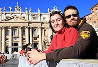 Coppie di fidanzati attendono l'arrivo di Papa Francesco in occasione della ricorrenza di San Valentino in Piazza San Pietro,  Citta' del Vaticano, 14 febbraio 2014.<br /> Engaged couples wait for the arrival of the Pope Francis in occasion of the St. Valentine's Day in St. Peter's square at the Vatican, 14 February 2014.<br /> UPDATE IMAGES PRESS/Isabella Bonotto<br /> <br /> STRICTLY ONLY FOR EDITORIAL USE