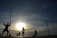 Adolescentes jogam pelada na praia do Porto Arthur e Ariramba.<br /> Mosqueiro, Belém, Pará, Brasil.<br /> Foto Paulo Santos<br /> 28/10/2007