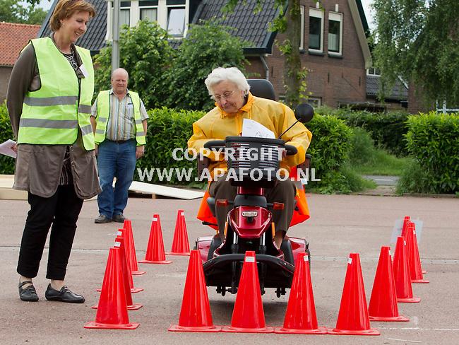 Eefde, 050612<br /> Stichting ouderenwerk Lochem organiseert les in scootmobiel rijden.  Mevrouw Holdman uit Eefde leert een noodstop te maken.<br /> <br /> Foto: Sjef Prins - APA Foto