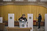 Woman votes at the voting station in  Chisinau, Republic of Moldova.  / Präsidentenwahl in der Republik Moldau am 30.10.2016 in Chisinau