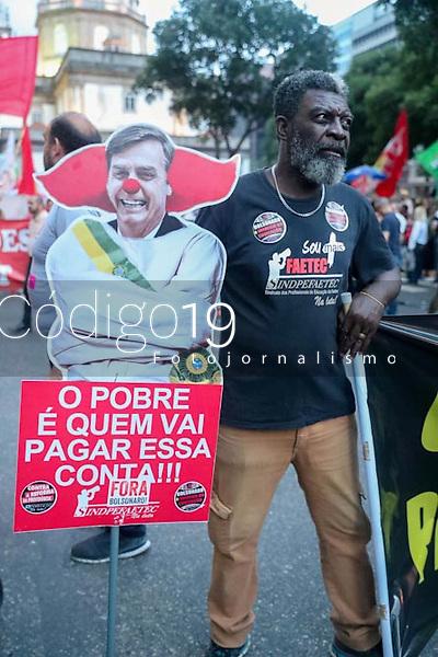RIO DE JANEIRO, RJ, 13.08.2019: PROTESTO-RJ - Manifestantes realizam ato em defesa da educação e contra a reforma da previdência no centro do Rio de Janeiro, nesta terça-feira (13). Ato chamado Tsunami da Educação. (Foto: Cesar Sales/Código19)
