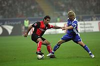 Mehdi Mahdavikia (Eintracht Frankfurt) im Zweikampf mit Bradley Carnell (Karlsruher SC)