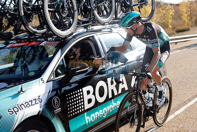 Bora-Hansgrohe rider back at the team car during Stage 9 of the Vuelta Espana 2020 running 157.7km from B.M. Cid Campeador. Castrillo del Val to Aguilar de Campo, Spain. 29th October 2020.    <br /> Picture: Luis Angel Gomez/PhotoSportGomez | Cyclefile<br /> <br /> All photos usage must carry mandatory copyright credit (© Cyclefile | Luis Angel Gomez/PhotoSportGomez)