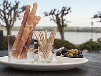 Snacks, Hotel Riva, Seestr. 25, Konstanz, Baden-Württemberg, Deutschland, Europa<br /> Snacks in the garden of Hotel Riva, Seestr. 25, Constance, Baden-Württemberg, Germany, Europe