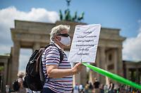 Etwa 20.000 Menschen beteiligten sich am Sonntag den 14. Juni 2020 in Berlin an einer Menschenkette des Buendnis #unteilbar. Mit der Menschenkette demonstrierte das Buendnis gegen Rassismus.<br /> 22.1.2020, Berlin<br /> Copyright: Christian-Ditsch.de<br /> [NUR FUER REDAKTIONELLE ZWECKE! Werbung nur auf Anfrage beim Fotografen.Inhaltsveraendernde Manipulation des Fotos nur nach ausdruecklicher Genehmigung des Fotografen. Vereinbarungen ueber Abtretung von Persoenlichkeitsrechten/Model Release der abgebildeten Person/Personen liegen nicht vor. NO MODEL RELEASE! Don't publish without copyright Christian-Ditsch.de, Veroeffentlichung nur mit Fotografennennung, sowie gegen Honorar, MwSt. und Beleg. Konto: I N G - D i B a, IBAN DE58500105175400192269, BIC INGDDEFFXXX, Kontakt: post@christian-ditsch.de<br /> Bei der Bearbeitung der Dateiinformationen darf die Urheberkennzeichnung in den EXIF- und  IPTC-Daten nicht entfernt werden, diese sind in digitalen Medien nach §95c UrhG rechtlich geschuetzt. Der Urhebervermerk wird gemaess §13 UrhG verlangt.]