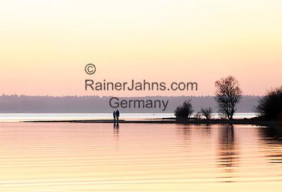 Deutschland, Bayern, Chiemgau: Sonnenuntergang am Chiemsee | Germany, Upper Bavaria, Chiemgau: sunset at Lake Chiemsee