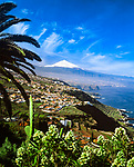 Spanien, Kanarische Inseln, Teneriffa, die Nordkueste und das Orotava-Tal mit schneebedecktem Pico del Teide (3.718 m), Spaniens hoechstem Berg | Spain, Canary Islands, Tenerife, north coast, Orotava Valley and snow covered Pico del Teide (3.718 m), Spain's highest mountain