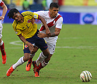 BARRANQUILLA - COLOMBIA 11-06-2013. Juan Cuadrado (I) de Colombia disputa el balón con Josepmir Ballon (D) de Perú durante partido de las clasificatorias al mundial de fútbol Brasil 2014 realizado en el estadio Metropolitano de la ciudad de Barranquilla./ Juan Cuadrado (L) of Colombia fights for the ball with Josepmir Ballon (R) of Peru during qualification match for the World Cup Brazil 2014 at Metropolitano stadium in Barranquilla. Photo: VizzorImage/STR