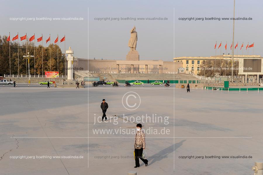 CHINA, autonomous province Xinjiang , Mao Zedong statue at people´s Park in city Kashgar where uyghur people are living / CHINA, autonome Provinz Xinjiang , Kashgar, Paradeplatz, 18 Meter hohe Statue des KP Fuehrer Mao Zedong Statue, groesste in China, in Xinjiang lebt das Turkvolk der Uiguren