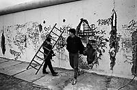 """BERLINO / GERMANIA - NOVERMBRE 1989.BERLINESI OCCIDENTALI ATTRAVERSANO IL MURO DA UN VARCO APERTO NEL QUARTIERE DI KREUZBERG E GUARDANO VERSO LA PARTE EST DELLA CITTA' CAMMINANDO NELLA AREA DETTA """"ZONA DELLA MORTE"""", QUELLA TRA I DUE MURI SOTTO IL CONTROLLO DELLE GUARDIA DI CONFINE DELLA DDR..FOTO LIVIO SENIGALLIESI"""