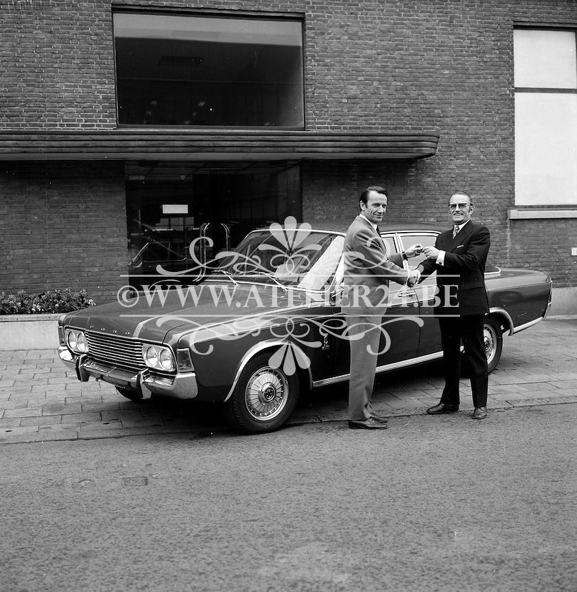 April 1971.  Striptekenaar Willy Vandersteen met een Ford.