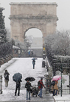 Turisti davanti all'ingresso del Foro Romano durante una nevicata a Roma, 11 febbraio 2012..Tourists pass by the Roman Forum during a snowfall in Rome, 11 february 2012..UPDATE IMAGES PRESS/Riccardo De Luca