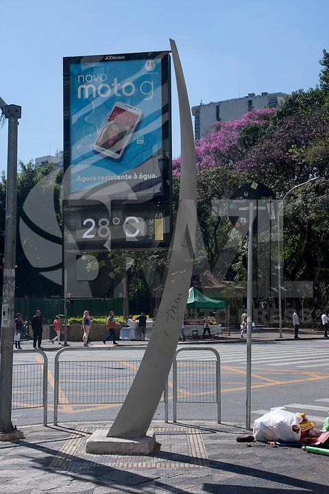 SÃO PAULO SP, 14.08.2015 - CLIMA-SP - Termômetros apontam 28º em pleno inverno, na região central da cidade de São Paulo, nesta tarde desta sexta-feira, 14. (Foto: Flavio Hopp / Brazil Photo Press)