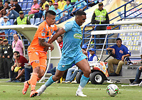 MONTERIA - COLOMBIA, 17-04-2019: Sebastian Ayala de Jaguares disputa el balón con Alexis Zapata de Envigado durante partido por la fecha 16 de la Liga Águila I 2019 entre Jaguares de Córdoba F.C. y Envigado F.C. jugado en el estadio Jaraguay de la ciudad de Montería. / Sebastian Ayala of Jaguares struggles the ball with Alexis Zapata of Envigado during match for the date 16 as part Aguila League I 2019 between Jaguares de Cordoba F.C. and Envigado F.C. played at Jaraguay stadium in Monteria city. Photo: VizzorImage / Andres Felipe Lopez / Cont