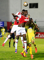 FLORIDABLANCA - COLOMBIA -14 -02-2016: Danny Cano (Der.) jugador de Atletico Bucaramanga disputa el balón con Yamith Cuesta (Izq.) jugador de Independiente Santa Fe, durante partido entre Atletico Bucaramanga e Independiente Santa Fe, por la fecha 3 de la Liga Aguila I 2016, jugado en el estadio Alvaro Gomez Hurtado de la ciudad de Floridablanca.  / Danny Cano (R) player of Atletico Bucaramanga fights for the ball with Yamith Cuesta (L) player of Independiente Santa Fe, during a match between Atletico Bucaramanga and Independiente Santa Fe, for the date 3 between of the Liga Aguila I 2016 at the Alvaro Gomez Hurtado stadium in Floridablanca city. Photo: VizzorImage.  / Duncan Bustamante / Cont.