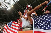 Dresden , 100711 , FIFA / Frauen Weltmeisterschaft 2011 / Womens Worldcup 2011 , Viertelfinale ,  .Brasilien (BRA) gegen USA  .amerikanische Fans  jubeln über den Einzug ins Halbfinale nach Elfmeterschiessen .Foto:Karina Hessland .