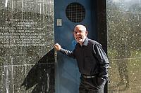Der Carillonneur Jeffrey Bossin, geb. 1950 in Santa Monica/Kalifornien, am Eingang zum Glockenturm im Berliner Tiergarten.<br /> Auf Initiative von Bossin wurde der Glockenturm mit seinem Carillon, einem von Hand spielbaren Glockenspiel, zur 750 Jahr-Feier im Ortsteil Tiergarten errichtet. <br /> 7.9.2020, Berlin<br /> Copyright: Christian-Ditsch.de<br /> NUR FUER REDAKTIONELLE ZWECKE! Werbung nur auf Anfrage beim Fotografen. [Inhaltsveraendernde Manipulation des Fotos nur nach ausdruecklicher Genehmigung des Fotografen. Vereinbarungen ueber Abtretung von Persoenlichkeitsrechten/Model Release der abgebildeten Person/Personen liegen nicht vor. NO MODEL RELEASE! Don't publish without copyright Christian-Ditsch.de, Veroeffentlichung nur mit Fotografennennung, sowie gegen Honorar, MwSt. und Beleg. Konto: I N G - D i B a, IBAN DE58500105175400192269, BIC INGDDEFFXXX, Kontakt: post@christian-ditsch.de<br /> Bei der Bearbeitung der Dateiinformationen darf die Urheberkennzeichnung in den EXIF- und  IPTC-Daten nicht entfernt werden, diese sind in digitalen Medien nach §95c UrhG rechtlich geschuetzt. Der Urhebervermerk wird gemaess §13 UrhG verlangt.]
