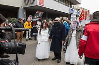 """Ca. 800 Menschen folgten am Samstag den 17. Februar 2018 in Berlin dem Aufruf der AfD-Frau Leyla Bilge zu einem sog. """"Marsch der Frauen"""". Sie demonstrierten gegen Zuwanderung und Fluechtlinge, die """"nur nach Deutschland kommen um hier Frauen zu schaenden"""" so einige Teilnehmer.<br /> Der rechte Aufmarsch wurde nach 750 Metern durch Strassenblockaden von ca. 2.000 Menschen gestoppt. Leyla Bilge weigerte sich als Anmelderin drei Stunden lang den blockierten  Aufmarsch zu beenden und forderte von der Polizei die Blockaden zu raeumen. Ein Raeumungsversuch der Polizei scheiterte, da es zu viele Menschen waren, die auf der Strasse sassen.<br /> Nach drei Stunden beendete Bilge den Aufmarsch. Die Demosntranten, unter ihnen etliche Neonazis, sog. """"Identitaere"""" und AfD-Politiker zogen darauf ab und griffen dabei Gegendemosntranten und Polizeibeamte an. Mehrere Personen wurden festgenommen. Ein Teil fuhr zum Kanzleramt, dem urspruenglichen Ziel des Aufmarsches.<br /> Im Bild: Aufmarschteilnehmer haben sich als islamischer Mann, der zwei Maedchen geheiratet hat verkleidet.<br /> 17.2.2018, Berlin<br /> Copyright: Christian-Ditsch.de<br /> [Inhaltsveraendernde Manipulation des Fotos nur nach ausdruecklicher Genehmigung des Fotografen. Vereinbarungen ueber Abtretung von Persoenlichkeitsrechten/Model Release der abgebildeten Person/Personen liegen nicht vor. NO MODEL RELEASE! Nur fuer Redaktionelle Zwecke. Don't publish without copyright Christian-Ditsch.de, Veroeffentlichung nur mit Fotografennennung, sowie gegen Honorar, MwSt. und Beleg. Konto: I N G - D i B a, IBAN DE58500105175400192269, BIC INGDDEFFXXX, Kontakt: post@christian-ditsch.de<br /> Bei der Bearbeitung der Dateiinformationen darf die Urheberkennzeichnung in den EXIF- und  IPTC-Daten nicht entfernt werden, diese sind in digitalen Medien nach §95c UrhG rechtlich geschuetzt. Der Urhebervermerk wird gemaess §13 UrhG verlangt.]"""