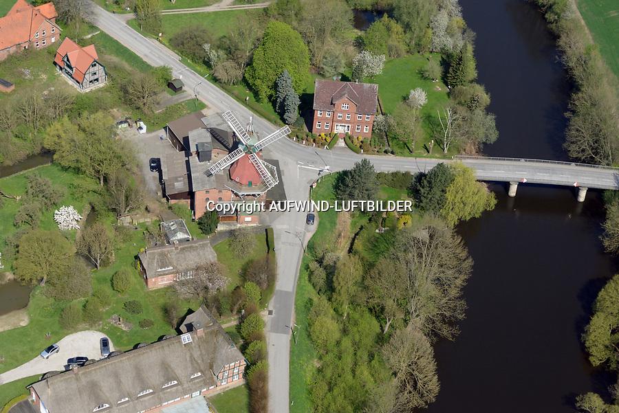 """Reitbrook Windmühle: DEUTSCHLAND, HAMBURG 20.04.2018: Reitbrook Windmühle, Die Reitbrooker Mühle ist eine im Jahr 1870 erbaute Windmühle. Sie steht im in den Marschlanden gelegenen Hamburger Stadtteil Reitbrook am Ufer der Dove Elbe, am Vorderdeich 11.<br /> Die Mühle liegt unmittelbar an der Reitbrooker Mühlenbrücke, die den Ort mit dem nördlich der Dove Elbe gelegenen Allermöhe verbindet.<br /> Vor dem Bau der Brücke hatte hier über Jahrhunderte eine Fähre bestanden. Bereits im Jahr 1773 erhielt der Besitzer des unmittelbar neben der heutigen Windmühle gelegenen Fährhofs die Erlaubnis, an dieser Stelle eine Schrotmühle mit Windantrieb zu errichten. Der ursprüngliche Bau brannte 1870 nieder und wurde daraufhin durch die heutige Windmühle ersetzt.<br /> Es handelt sich um einen so genannten """"Galerieholländer"""" mit zweigeschossigem quadratischen Unterbau aus Backstein sowie einem achteckigen hölzernen Aufbau. Die Haube, also der oberste Teil der Mühle an dem die Flügel befestigt sind, ist entsprechend der Windrichtung drehbar. Die Mühlenflügel besitzen eine Länge von 12,50 m. Im 20. Jahrhundert erhielt die Mühle elektrische Einbauten; das letzte Mahlen mit Windantrieb erfolgte 1938/39. Im Jahre 1942 wurde das Bauwerk unter Denkmalschutz gestellt.<br /> Die Reitbrooker Mühle ist eine von neun im hamburgischen Gebiet erhaltenen Windmühlen und die einzige, die noch ihre originalen Flügel besitzt. Sie befindet sich insgesamt in einem guten Erhaltungszustand und gilt als das Wahrzeichen von Reitbrook.<br /> <br /> Heutzutage wird die Mühle von einem Handelsbetrieb für Futtermittel und Gartenbaubedarf genutzt, der in ihr auch noch Getreideerzeugnisse elektrisch vermahlt."""