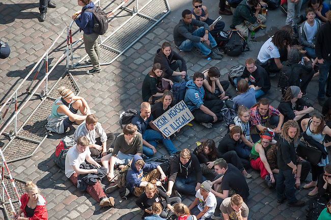 """Polizei sperrt Teil von Kreuzberg wegen Protest gegen die Raeumung der Gerhard-Hauptmann-Schule in der Ohlauer Strasse.<br /> Am 24. Juni 2014 hat der Gruene Bezirksstadtrat von Berlin-Kreuzberg, Hans Panhoff die Raeumung der """"Fluechtlingsschule"""" angeordnet. Zu dieser offiziell als """"Umzug geschoenten Raeumung war die Polizei mit gezogenen Maschinenpistolen angerueckt, hatte jedoch noch keinen Auftrag zur Raeumung. Etliche Fluechtlinge verbarrikadierten sich in dem Schulgebaeude und fluechteten auf das Dach.<br /> Die Polizei hat seit dem 24. Juni mit ueber 1.000 Beamten saemtliche Strassen um die Schule abgeriegelt. Anwohner duerfen nur nach Personalienfeststellung in ihre Wohnungen, Geschaefte und Gewerbe koennen keine Kundschaft mehr empfangen. Anwohner die gegen das Vorgehen der Polizei protestieren werden von Beamten drangsaliert, geschlagen und verletzt. Mehrere Personen, darunter auch Kinder mussten zum Teil mit Kieferbruch ins Krankenhaus. Die Personalien der Pressevertreter werden ohne Angabe von Gruenden erfasst, Dienstnummern werden verweigert.<br /> Am 1. Juli 2014 hat Baustadtrat Panhoff die polizeiliche Raeumung des Schulgebaeudes beantragt. Einige der Fluechtlinge haben angekuendigt, im Fall der Raeumung vom Dach zu springen. """"Wir haben nichts mehr zu verlieren!"""" sagen sie.<br /> Im Bild: Anwohner haben sich an einer Polizeiabsperrung versammelt.<br /> 2.7.2014, Berlin<br /> Copyright: Christian-Ditsch.de<br /> [Inhaltsveraendernde Manipulation des Fotos nur nach ausdruecklicher Genehmigung des Fotografen. Vereinbarungen ueber Abtretung von Persoenlichkeitsrechten/Model Release der abgebildeten Person/Personen liegen nicht vor. NO MODEL RELEASE! Don't publish without copyright Christian-Ditsch.de, Veroeffentlichung nur mit Fotografennennung, sowie gegen Honorar, MwSt. und Beleg. Konto: I N G - D i B a, IBAN DE58500105175400192269, BIC INGDDEFFXXX, Kontakt: post@christian-ditsch.de<br /> Urhebervermerk wird gemaess Paragraph 13 UHG verlangt.]"""