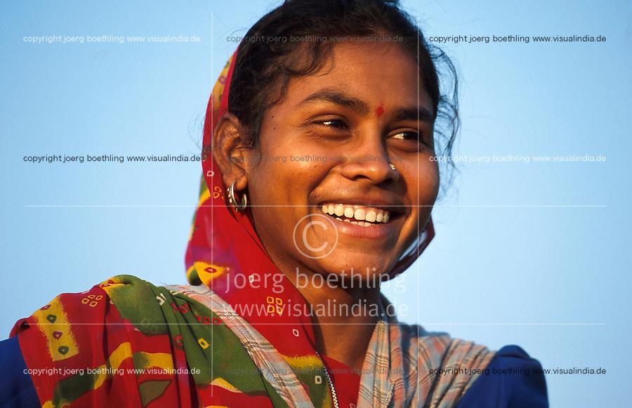 INDIEN Madhya Pradesh, Adivasi Frauen bei Ernte von Biobaumwolle im biore Projekt der Remei AG im Narmada Tal / INDIA, Madhya Pradesh, Khargoan, Adivasi women harvest organic cotton at farm in the biore project formerly known as Maikaal project, daughter of organic cotton farmer Nanka dal Singh in village