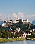 Oesterreich, Salzburger Land, Salzburg: Blick ueber die Salzach zur Altstadt mit Dom und Festung Hohensalzburg | Austria, Salzburger Land, Salzburg: view across river Salzach towards Old Town with cathedral and fortress Hohensalzburg