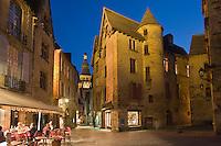 Europe/France/Aquitaine/24/Dordogne/Périgord Noir/Sarlat-la-Canéda: Vue Nocturne des Vieux  Hôtels de la Place de la Liberté et de la Cathédrale Saint-Sacerdos
