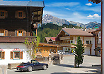 Austria, Tyrol, Reith near Kitzbuehel: village centre, at background Kitzbueheler Horn mountain | Oesterreich, Tirol, Reith bei Kitzbuehel: Ortszentrum, im Hintergrund das Kitzbueheler Horn