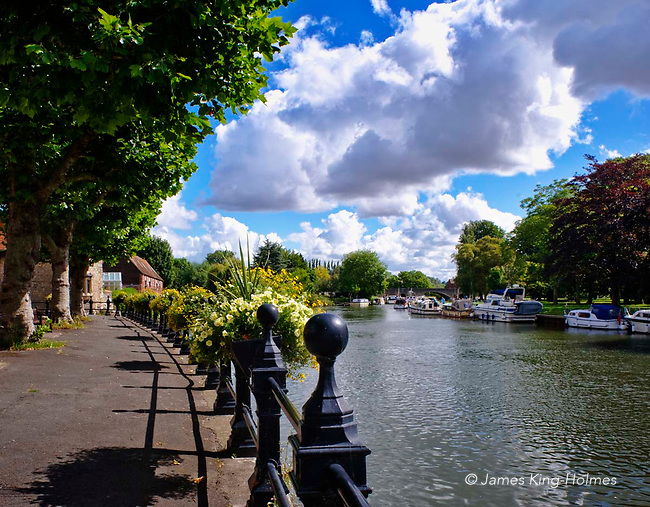 The River Thames at Abingdon-on-Thames, Oxfordshire, UK. The River Thames at Abingdon-on-Thames, Oxfordshire, UK. The spire of St Helen's Church can be seen behind the Anchor Inn on the river front and the Burford Bridge at Abingdon can be seen in the distance.