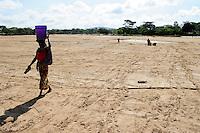 TANZANIA, Kondoa, women fetch drinking water from dry river bed  / TANSANIA, Kondoa, Frauen schoepfen Wasser aus einem trockenen Flussbett