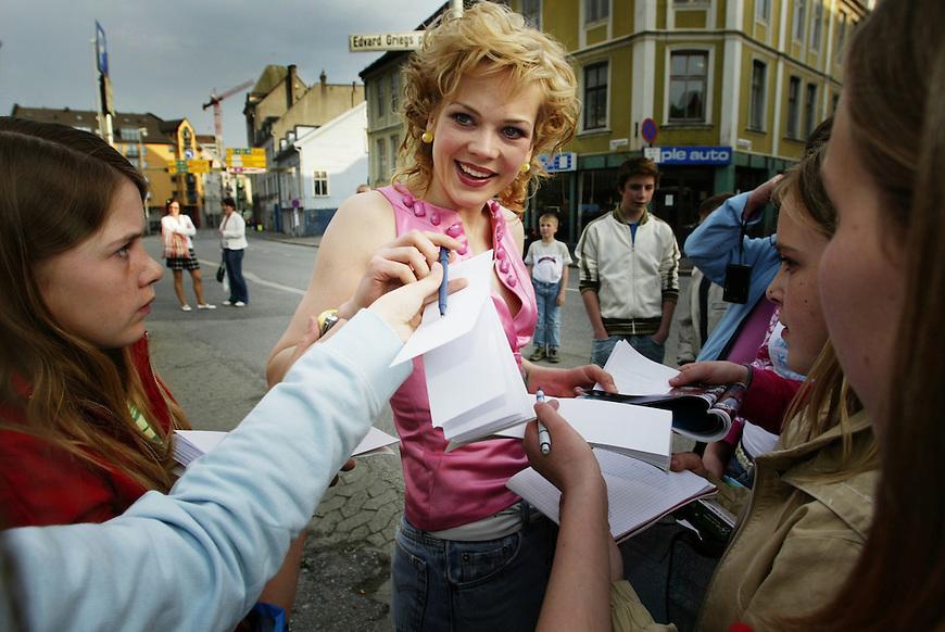 Grieghallen, Bergen 20040508. Gullruten 2004. Ane Dahl Torp skriver autografer..