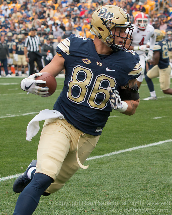 Pitt tight end Tyler Sear runs after his first catch as a Panther. The Pitt Panthers defeated the Youngstown State Penguins 28-21 in overtime at Heinz Field, Pittsburgh, Pennsylvania on September 02, 2017.