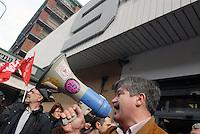 """presidio sindacale al supermercato Esselunga di viale Papiniano in difesa della dipendente si origine peruviana aggredita dopo aver denunciato un grave episodio di prevaricazione sul posto di lavoro nei suoi confronti (""""mobbing"""")"""