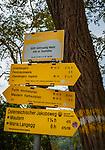 Oesterreich, Niederoesterreich, UNESCO Weltkulturerbe Wachau, bei Goettweig: Wanderwegweiser mit Hinweis auf den oesterreichischen Jakobsweg und den Welterbesteig | Austria, Lower Austria, UNESCO World Heritage Wachau, near Goettweig: hiking signpost for Austrian road to Santiago de Compostela and hiking trail 'Welterbesteig'