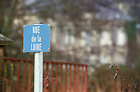A blue road sign in Usse saying Rue de la Loire (the Loire road) in winter