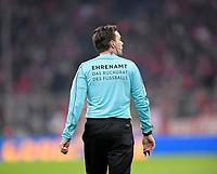 """02.12.2017,  Football 1.Liga 2017/2018, 14. match day, FC Bayern Muenchen - Hannover 96, in Allianz-Arena Muenchen. """"Ehrenamt"""" steht auf dem Ruecken of  referee Guido Winkmann Ehrenamt das Rueckgrat des Fussballs *** Local Caption *** © pixathlon<br /> <br /> +++ NED + SUI out !!! +++<br /> Contact: +49-40-22 63 02 60 , info@pixathlon.de"""