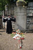 Gedenken an den Beginn des 1. Weltkrieg.<br /> 35 Jugendliche aus 11 Laendern gedachten auf dem Luisenkirchhof III in Berlin zum Abschluss eines zweiwoechigen Workshop des Volksbund deutscher Kriegsgraeberfuersorge an den Beginn des 1. Weltkrieg. Sie legten Blumen und einen Kranz des Volksbund nieder und einzuendeten Kerzen am Ehrenmal der Gefallenen.<br /> Im Bild: Der Gemeindepfarrer spricht den Segen.<br /> 8.8.2014, Berlin<br /> Copyright: Christian-Ditsch.de<br /> [Inhaltsveraendernde Manipulation des Fotos nur nach ausdruecklicher Genehmigung des Fotografen. Vereinbarungen ueber Abtretung von Persoenlichkeitsrechten/Model Release der abgebildeten Person/Personen liegen nicht vor. NO MODEL RELEASE! Don't publish without copyright Christian-Ditsch.de, Veroeffentlichung nur mit Fotografennennung, sowie gegen Honorar, MwSt. und Beleg. Konto: I N G - D i B a, IBAN DE58500105175400192269, BIC INGDDEFFXXX, Kontakt: post@christian-ditsch.de<br /> Urhebervermerk wird gemaess Paragraph 13 UHG verlangt.]