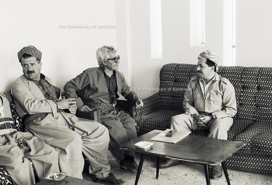 Irak 1991  Masoud Barzani recevant des membres du Front du Kurdistan  Iraq 1991   Masoud Barzani with members of the Kurdish Front