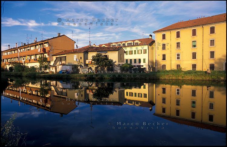 Rozzano (Milano). Case specchiate nelle acque del Naviglio Pavese --- Rozzano (Milan). Houses mirrored in the water of the canal Naviglio Pavese