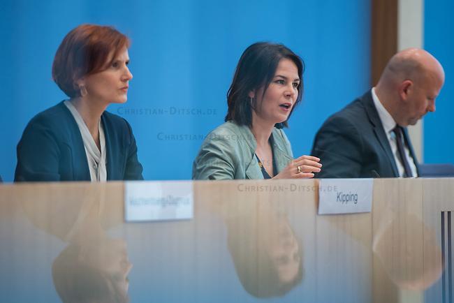 Fraktionsuebergreifend stellten am Montag den 6. Mai 2019 Bundestagsabgeordneten Annalena Baerbock, Bundesvorsitzende Buendnis 90 / Die Gruenen (Mitte); Katja Kipping, Parteivorsitzende der Linkspartei (links im Bild); Christine Aschenberg-Dugnus, gesundheitspolitische Sprecherin der FDP-Bundestagsfraktion; Hilde Mattheis, SPD und Karin Maag, gesundheitspolitische Sprecherin der CDU/CSU-Bundestagsfraktion einen alternativen Gesetzentwurf zur Organspende vor. Im Gegensatz zum Organspendegesetz von Gesundheitsminister Jens Spahn, setzten die Abgeordneten auf Freiwilligkeit zur Organspende und nicht auf die automatische Zustimmung, wenn kein Widerspruch vorliegt.<br /> 6.5.2019, Berlin<br /> Copyright: Christian-Ditsch.de<br /> [Inhaltsveraendernde Manipulation des Fotos nur nach ausdruecklicher Genehmigung des Fotografen. Vereinbarungen ueber Abtretung von Persoenlichkeitsrechten/Model Release der abgebildeten Person/Personen liegen nicht vor. NO MODEL RELEASE! Nur fuer Redaktionelle Zwecke. Don't publish without copyright Christian-Ditsch.de, Veroeffentlichung nur mit Fotografennennung, sowie gegen Honorar, MwSt. und Beleg. Konto: I N G - D i B a, IBAN DE58500105175400192269, BIC INGDDEFFXXX, Kontakt: post@christian-ditsch.de<br /> Bei der Bearbeitung der Dateiinformationen darf die Urheberkennzeichnung in den EXIF- und  IPTC-Daten nicht entfernt werden, diese sind in digitalen Medien nach §95c UrhG rechtlich geschuetzt. Der Urhebervermerk wird gemaess §13 UrhG verlangt.]