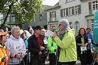 HR4 Moderator Tobias Hagen mit Nordic Walkern am Start an den Opelvillen