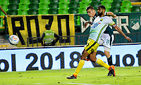 PALMIRA-COLOMBIA-27-04-2018: Nicolás Benedetti (Izq.) jugador de Deportivo Cali disputa el balón con Gabriel Gómez (Der.) jugador de Atlético Bucaramanga, durante partido entre Deportivo Cali y Atlético Bucaramanga, de la fecha 18 por la liga Aguila I 2018, jugado en el estadio Deportivo Cali (Palmaseca) en la ciudad de Palmira. / Nicolas Benedetti (L) player of Deportivo Cali vies for the ball with Gabriel Gomez (R) player of Atletico Bucaramanga, during a match between Deportivo Cali and Atletico Bucaramanga, of the 18th date for the Liga Aguila I 2018, at the Deportivo Cali (Palmaseca) stadium in Palmira city. Photo: VizzorImage  / Nelson Rios / Cont.