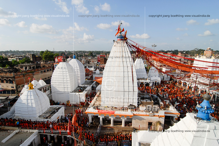 INDIA Jharkhand Deogarh , Hindu pilgrims at Shiva temple during annual festival , it is one of the holy places with a Jyothi lingam, a Phallus symbol of Hindu god Shiva / INDIEN  Jharkhand Deogarh , Tausende Hindus besuchen das Tempelfest am Shiva Tempel wo sich ein Jyothi lingam befindet