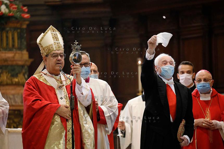 Napoli miracolo di San Gennaro<br /> il cardinale Crescenzio Sepe veste la mascherina  mentre mostra con l'ampolla contenente il Sangue del Santo Liquefatto in un Duomo con pochi fedeli dovuta all'epidemia di coronavirus covid-19